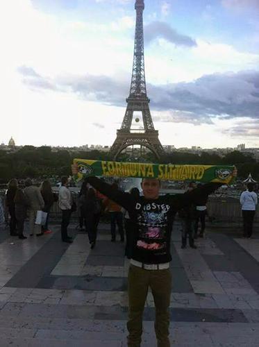 Melle Leurs bij De Eiffeltoren (Frankrijk)